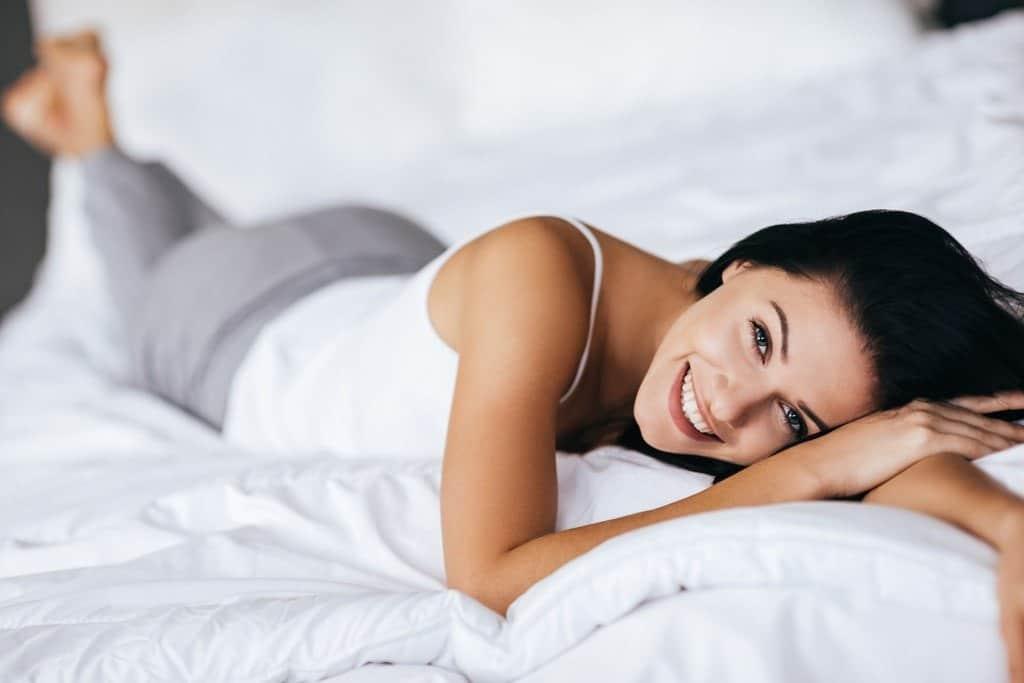 kobieta leży na materacu dwustronnym