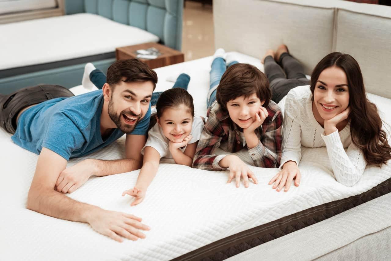 rodzina szuka materaca do spania
